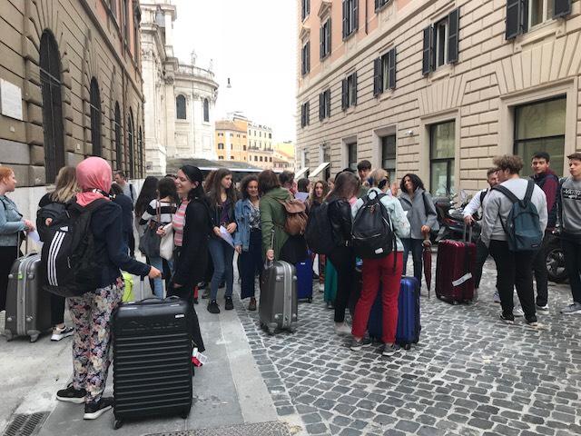 Möte utanför skolan i Rom med de italienska värdarna