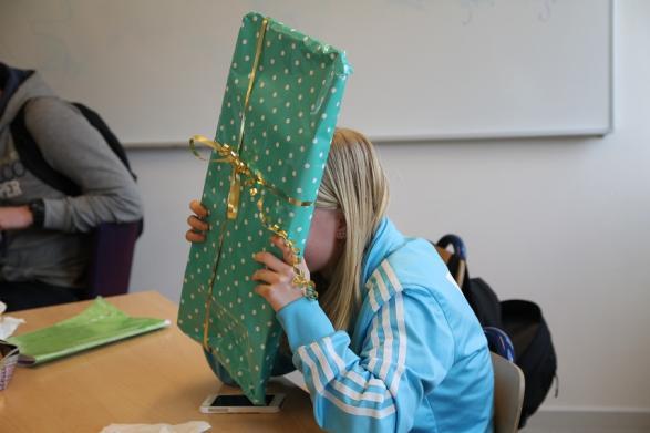 Vinnaren med sitt paket!