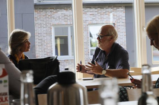 Socialminister Strandhäll svarar på några frågor om besöket i Bollebygd.<br />Foto: Olle Falk