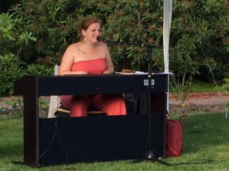 Artisten Sally Melody blev den första att underhålla i Svenmanska Parken med både egenskriven musik och några covers.