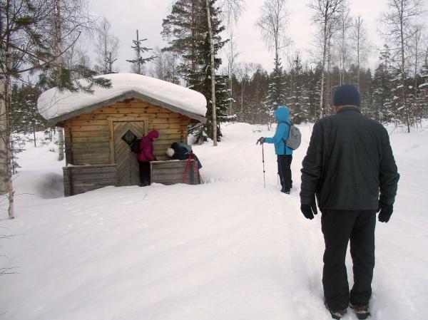 Anki, Anne-Marie, Eileen och Anders kommer fram till stugan