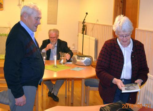 Per-Erik Wedinn med frugan Elsy kunde köpa några böcker, som Eric medförde.