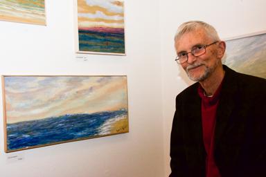 Kjell Lundqvist vid en av sina målningar på plywood.