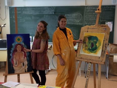 Mandy Axelsson och Amanda Barrsveden läser båda på konstlinjens ett åriga utbildning.