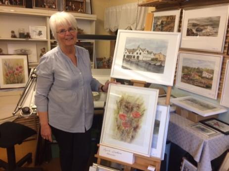 Ingela Lindblom har alltid målat, ritat, sytt eller skrivit musik. I sin ateljé i Bräkne-Hoby trängs tavlorna på både väggar och stafli.
