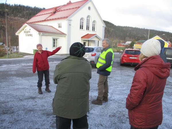 Birgitta Vedin visar vägen mot Sörgällsta fäbodar