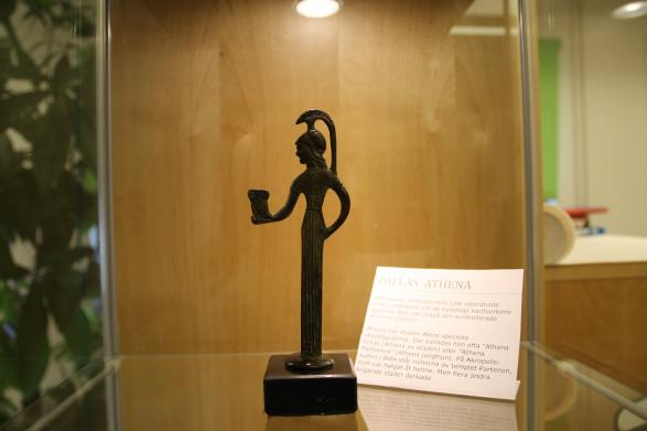 Athena är en gudinna i den grekiska mytologin, och bibliotheket har sitt namn efter henne.