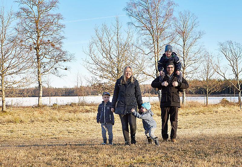 Bor bra för barn. Ida och Danne Equitz bor i Ömmesala och driver Hofsnäs Herrgård som ligger på andra sidan sjön. Deras Malte föddes med Downs syndrom. Maltes bröder heter Figge och Abbe.