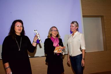 Ann-Marie Nilsson håller upp priset som Mikaela Strand skulle få från Bollebygds kommun. Vi tror det var en tumstock från Hultafors...<br />Jessica Waller från Härryda kommun ser till att alt går rätt till.