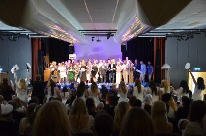 Lärarna sjunger för studenterna.