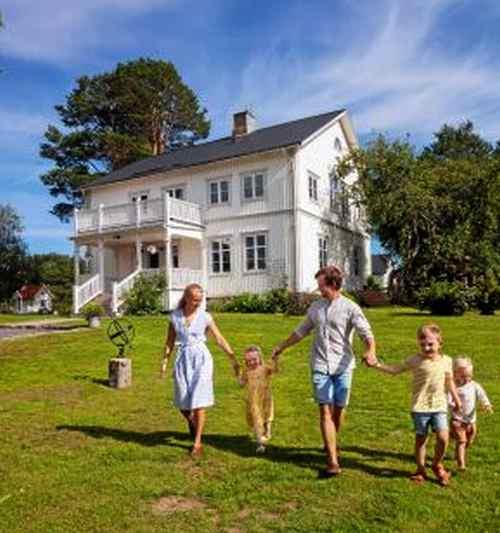 <span>Familjen Lindström döpt sin tillvaro i 1800-talshuset i Ullånger till \
