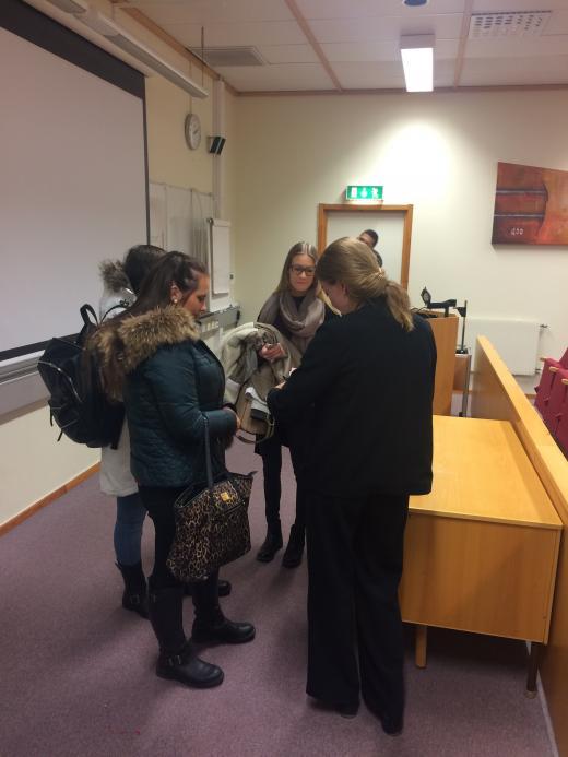 Efter föreläsningen fick Emma Persson, Alinn Poric och Moa Hagen i SA15 sina exemplar avFlickvännensignerade.