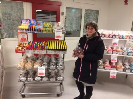 - Det är roligt att kunna köpa kolor som är närproducerade, säger Eva Robertsson som besökte butiken med kollegan Emma Edoft.