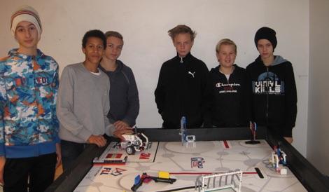 Redo att bemästra banan! Från vänster: Majed Mazen, Agosa Ebarasi, Douglas Elfström, Jonathan Karlsson, Linus Karlefur och Adam Nykvist.