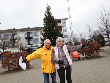 Eddie Magnusson och Jill Nordh från Lions respektive Bollebygds Köpmän hälsar alla välkomna till årets JULMARKNAD i Bollebygd.