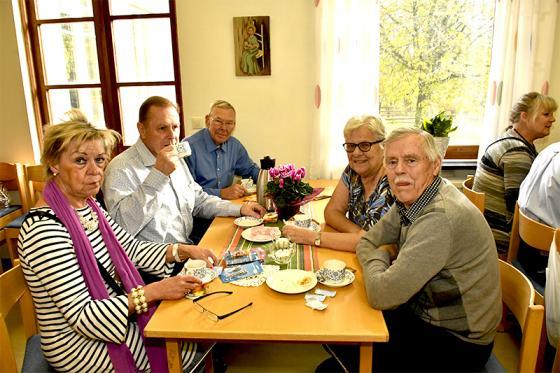 Många av gästerna på Höstbasaren passade naturligtvis på att<br />fika och samtala.