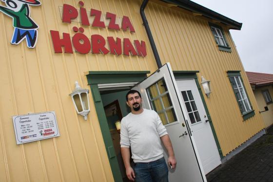 Ägaren Ramazon Kazan hälsade pensionärer och hemlösa välkomna till en gratis lunch på Pizza Hörnan.