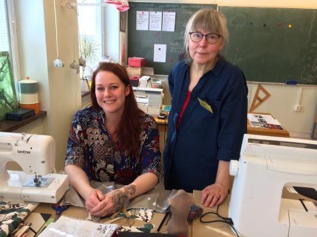 Emma Håkansson med sin textillärare Ylva Foglert som varit lärare på skolan i trettio år.