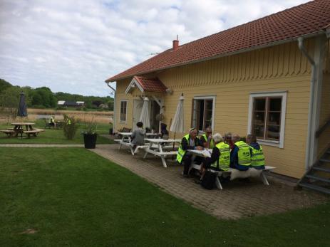 Vid Pensionat Järnavik var det många som passade på att ta sin första fika.