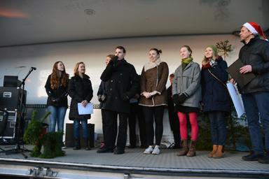 Medlemmar i Bollebygd tillsammans mot rasism tar emot årets demokratistipendium.