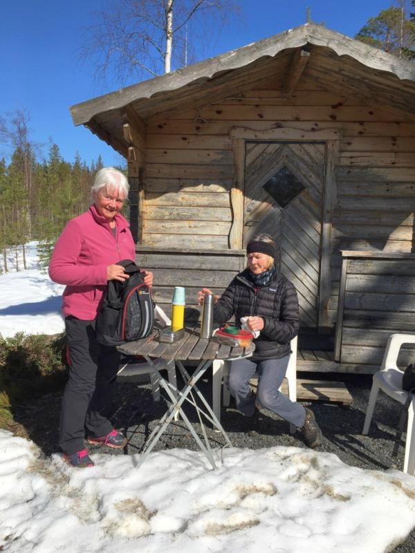 Anki och Eileen vid stugan