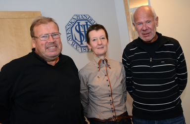 Annika Kroon med två av sina gamla arbetskamrater. Björn Strömberg och Conny Andersson uppvaktade på Annikas sista dag på banken.