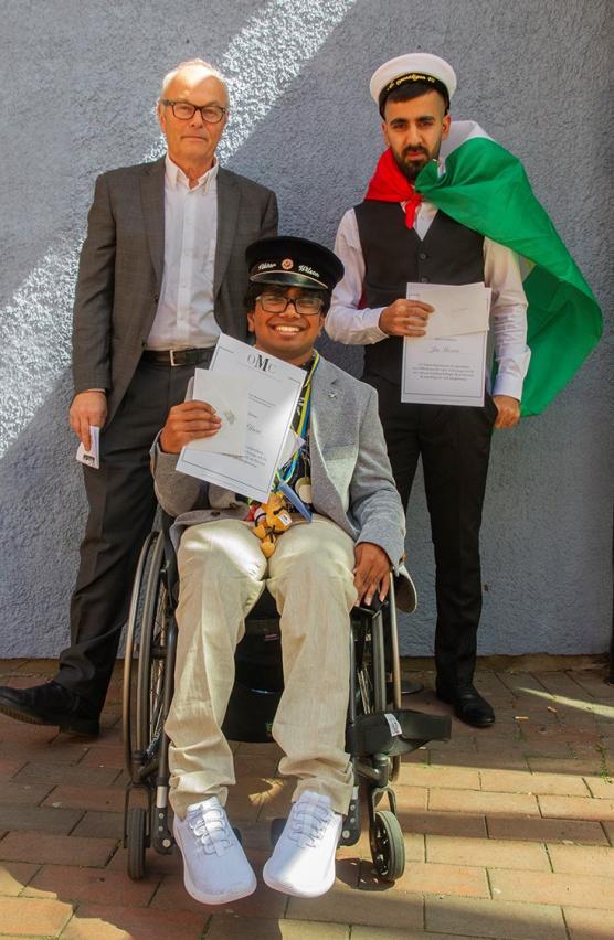 Dag Mannheimer på plats för att dela ut tre stipendier för arbete med mänskliga rättigheter - på bilden syns Viktor Wilson och Jia Mezori medan Kamal Lelzi missade fototillfället.