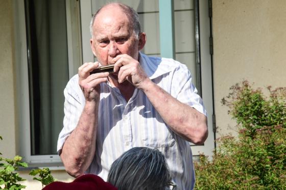 Egon Högberg hanterar sitt munspel.
