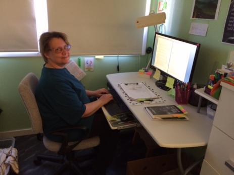 Åsa Persson stiger gärna upp vid femtiden för att sätta sig och skriva. Inspirationen kan hon få från en bild.