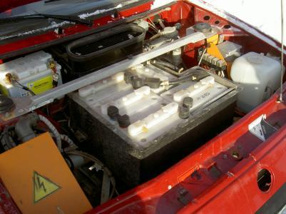 Under motorhuven finns en del av NiCd-ackumulatorerna som Mats lånat från den tredje elbilen.