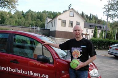 Mitt emot byggnaden där SportJohan en gång bedrev verksamhet har www.handbollsbutiken.se etablerat sig. -Vi hoppas att vi kan vara med och sätta Olsfors på kartan som orten som återigen förknippas med idrottsartiklar, säger Niklas Löf.