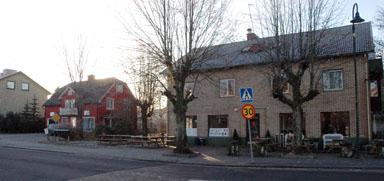 Två gamla Bollebygdsfastigheter ska nu rivas och lämna plats för ett trettiotal bostadsrätter.
