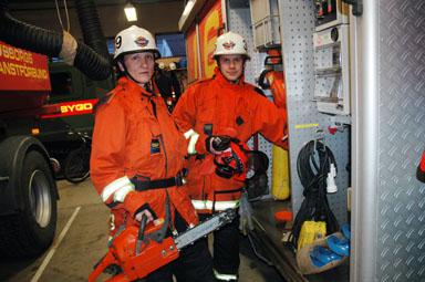 Mia Seppelin och Johan Andersson kollar utrustningen i väntan på eventuella larm. Motorsågen är väl redskapet som kanske kommer att användas allra mest.