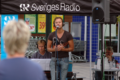 Ännu en bild från radiosändningen från Gästgivartorget i Bollebygd. Niklas Andersson bjuder på sång.
