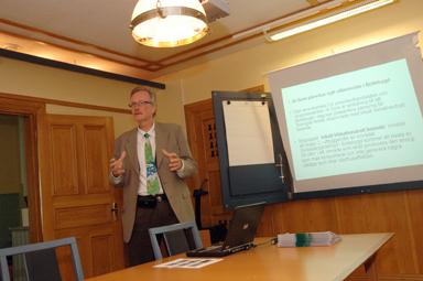 Jan-Erik Eskilsby presenterar ett klimatneutralt boende i Bollebygd