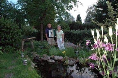 Arthur och Wanja Eriksson i sin mycket fina trädgård.