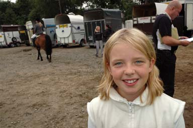 AmandaSjönnerhem vann klass 2 på sin häst Linus. -Jag ärjätteglad, sa hemmaryttarenAmanda och log mot kameran.