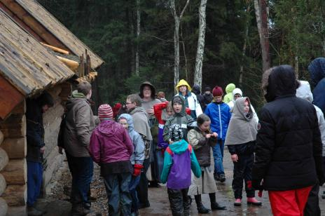 Föräldrar som i lördags hade anordnat ett besök i Medeltidsbyn för klass 4 med familjer, tyvärr regnade det.