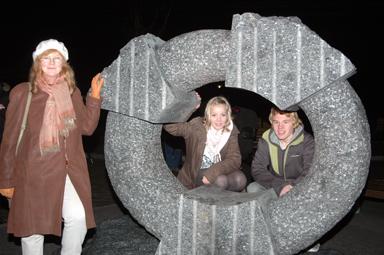 Konstnären Ann Carlsson -Korneev tillsammans med  ungdomarna Daniel Borkmar från Ungdomsrådet och Freja Johansson från elevrådet vid Bollebygdsskolan som tillsammans med ungdomarna i Bollebygd valt just det här konstverket.