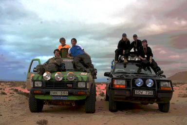 Här har vi ställt upp oss på en strand i Västra Sahara tillsammans´med tävlingens andra svenska lag, Team Ravioli. Bilen till höger. Fr.v. Maria Pettersson, Torbjörn Karlsson & Hanna Colliander.<br />