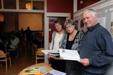 Annika Olsson, Elisabeth Andersson och Curt Andersson, tre eldsjälar som sett till att boken om Töllsjö genom 100 år kommit till.