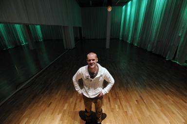 Jonas Granlund visar gärna upp den jättelokal som de flesta av gruppträningarna genomförs i.