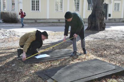 Även de två återstående gravhällarna på kyrkogården dokumenterades