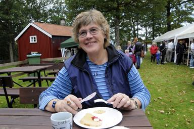 En mycket nöjd Anita Andersson tog en kort paus med kaffe och våffla.-Helt otroligt att någon skänker oss hela 100.000 kronor. Synd bara att den välvilliga personen väljer att vara anonym. Det hade varit roligt att få tacka, säger Anita Andersson, ordförande i Bollebygds Hembygdsförening.