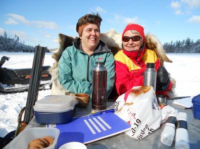 Anna-Karin Fahlén och Gun Näslund fick bra skydd av renskinnen när det drog lite kallt över sjön.
