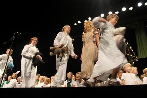 Barnen von Trapp med nattkläder och gosedjur.