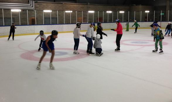 Här ser vi när eleverna åker på den stora is banan.