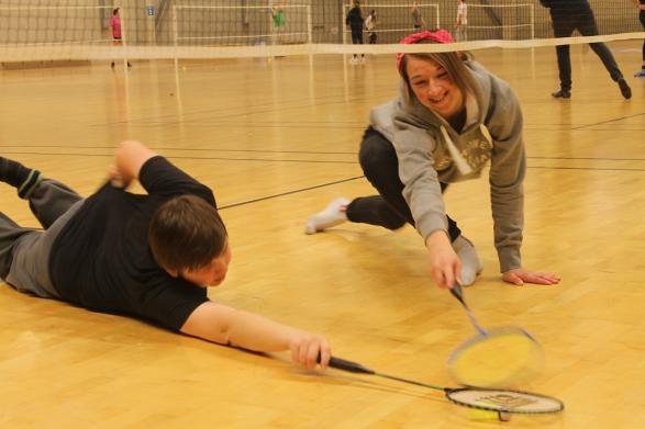 Sällan har man sett elever kämpa så hårt för att inte missa en endaste fjäderboll!