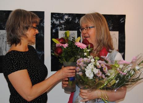 Maria hälsar Carina välkommen som utställare på Litet Strå