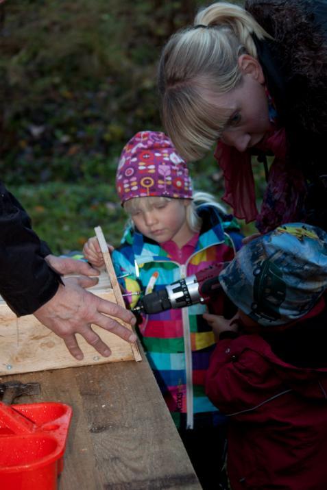 Här fick barnen hjälp att bygga en fågelholk ...